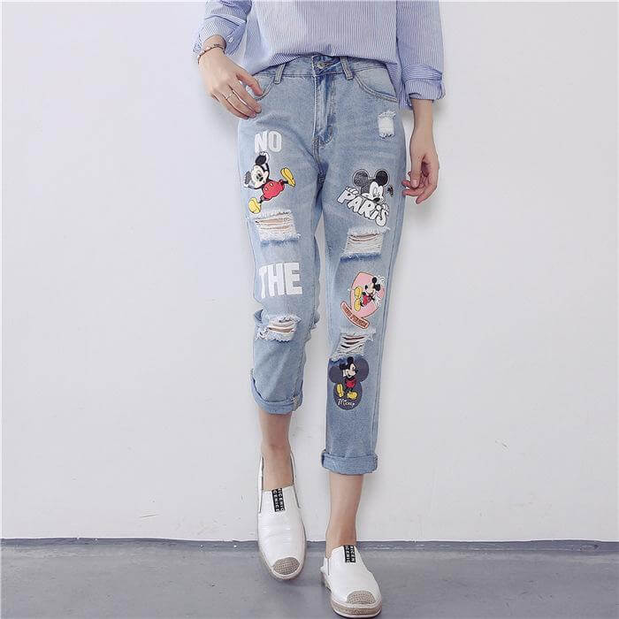 Kawaii pants are not very special in their cut, they differ from ordinary pants rather in the color and design of the fabric. For example, there are wonderfully comfortable leggings that simply have a cute Kawaii motif. For which occasion do you want the pants in Japan style? Of course you should know before you buy the trousers for what purpose you want them and what requirements are made of them. After all, not only the colour, style and cut depend on it, but also the material used. Kawaii and cosplay fans probably like to wear the great clothes in Japanese style at work, school and university, but maybe less extravagant than the party among like-minded people on Saturday night. You should also think about the weather conditions, because of course there are Kawaii pants in many different materials, so that you can look great even in winter and don't have to freeze. Different cuts As already indicated, every trouser cut can be Kawaii, it just depends a lot on the prints, the applications and some style elements like ruffles or chains. Accordingly, you can even integrate a normal pant, e.g. a simple pink leggings, into your Kawaii outfit. Whether leggings, shorts, three-quarter length pants, or a casual wide cut with extra wide legs - the options are endless. Design, colour and material for Kawaii Fashion So there are many different cuts, but what is it that finally makes a great Kawaii pant? Basically it is the materials, print, appliqués and colours that make a pair of pants a Kawaii pant in Japan or Harayuku style. Incredibly popular are frills and other playful details like rhinestones, pearls, sequins, etc. In prints are cute girls, anime characters, Hello Kitty and Co. very popular. Cute kittens, pokémons, mascots and similar things are also very popular. Leggings are - as far as pants are concerned - the perennial favourite for Kawaiian women Leggings are especially popular when it comes to Kawaiian style pants. Typically, girls and women associate the Kawaii
